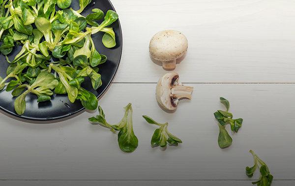 Vogerlsalat mit Pilzen